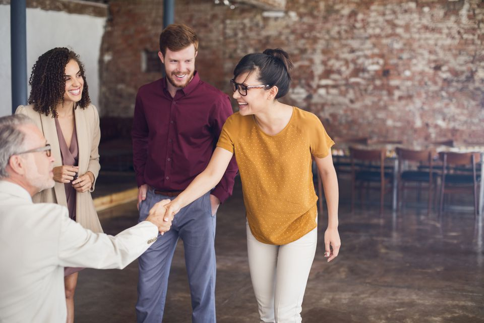 8 Cara Memberikan Kesan yang Menyenangkan saat Berkenalan